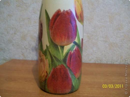 Подруга очень любит тюльпаны.Вот такие салфеточные на бутылке пойдут в подарок. фото 3