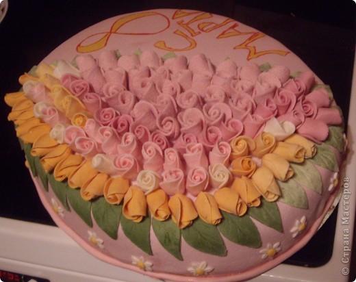 """""""Букет роз"""" Торт был испечен по случаю 8-го марта))на работу мужу в подарок его коллегам))) Рецепт торта (называется """"Молочная девочка"""") можно посмотреть здесь http://stranamasterov.ru/node/155720))  Все цветы из мастики, надпись делана пищевыми фломастерами. Строго не судите подмигиваю это второй торт с использованием мастики)) я еще тока учусь)))смущаюсь буду рада если рецепт или идея украшения вам пригодится  фото 2"""
