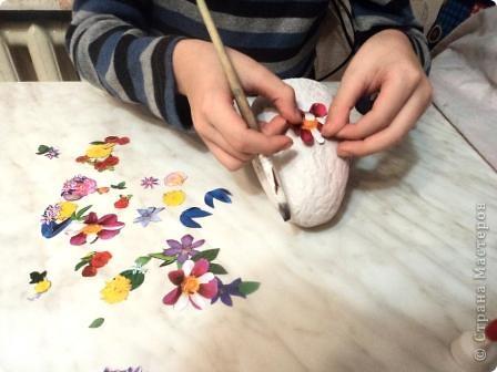 Мастер-класс Поделка изделие Пасха Аппликация Папье-маше Пасхальное яйцо на конкурс в школу мини МК Акварель Бумага Клей фото 3