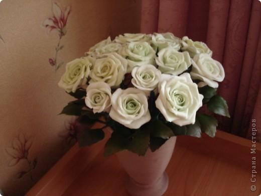 Розы из самоварного холодного фарфора, ваза пластиковая бутылка, обмотанная нитками. фото 1