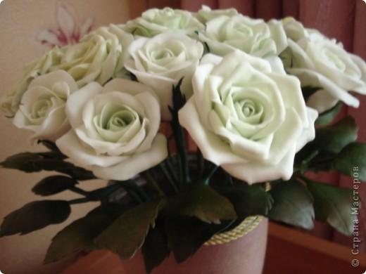 Розы из самоварного холодного фарфора, ваза пластиковая бутылка, обмотанная нитками. фото 2
