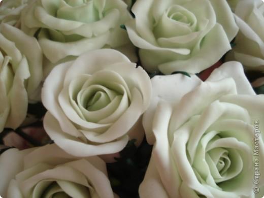 Розы из самоварного холодного фарфора, ваза пластиковая бутылка, обмотанная нитками. фото 3