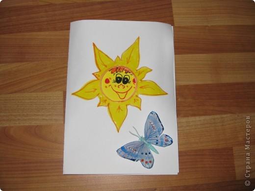 Это открытка с сюрпризом - с пружинкой-спиралькой внутри.Идея из журнала /Дошкольное воспитание/ 80гг.Надеюсь ,что пригодится для Вашего творчества! Вот так она может выглядеть снаружи... фото 1