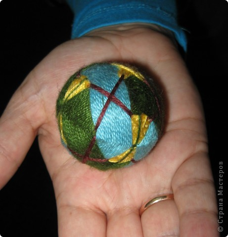 Есть такой замечательный преподаватель - леди Химич. И очень она любит мячики. И вот, отправляясь в командировку, я всю дорогу в поезде шила ей персональный мяч.  фото 1