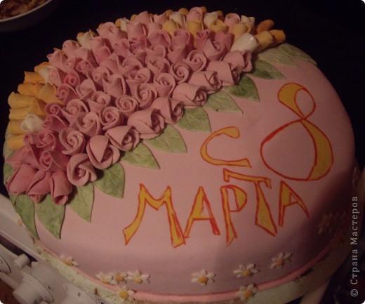 """""""Букет роз"""" Торт был испечен по случаю 8-го марта))на работу мужу в подарок его коллегам))) Рецепт торта (называется """"Молочная девочка"""") можно посмотреть здесь http://stranamasterov.ru/node/155720))  Все цветы из мастики, надпись делана пищевыми фломастерами. Строго не судите подмигиваю это второй торт с использованием мастики)) я еще тока учусь)))смущаюсь буду рада если рецепт или идея украшения вам пригодится  фото 1"""