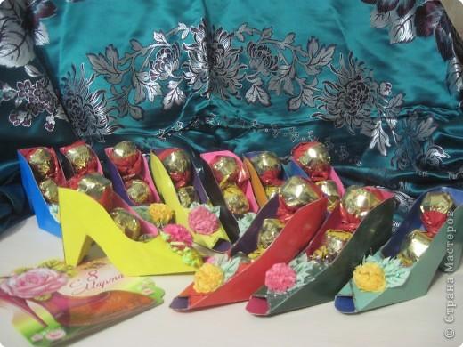 Вот такая армия туфелек ожидала своих Золушек. Туфельки были подарены учителям в школу. фото 2