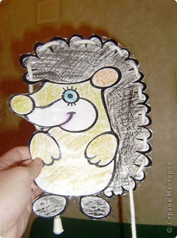 """моей доченьке 5 марта исполнился 1 годик и мы решили вместе с ней сделать нашу первую игрушку """"своими руками"""" Для начала я нашла в интернете рисунок ежика, на сайте, где можно скачать раскраски для детей. вырезала его. фото 3"""