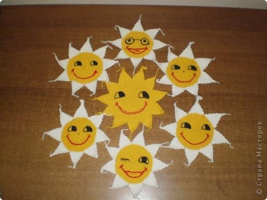 Так уже хочется Солнца,тепла,света,радости и веселья!!! Вот и придумалась такая солнечная и веселая прихватка,сначала одна, а потом...еще 6....но один друг мне посоветовал их превратить в веселые смайлики!!! И вот что получилось... фото 1