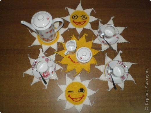 Так уже хочется Солнца,тепла,света,радости и веселья!!! Вот и придумалась такая солнечная и веселая прихватка,сначала одна, а потом...еще 6....но один друг мне посоветовал их превратить в веселые смайлики!!! И вот что получилось... фото 2
