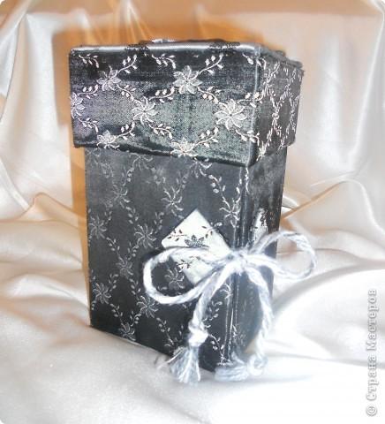 вот такаю шкатулочку сделала в подарок сестре на 8 марта. шкатулка выполнена из гофрированого картона и обтянута тканью. Очень понравилась ткань тем что она двухсторонняя, с одной стороны черная с другой серая. фото 2