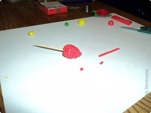 Лепим ягодку. Сначала делаем заготовку в виде капельки и нанизываем ее на зубочитску фото 12