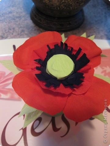 МАМОЧКЕ ПОДАРОК (Ольга Чусовитина)  Из цветной бумаги  Вырежу кусочек. Из него я сделаю Маленький цветочек. Мамочке подарок Приготовлю я. Самая красивая  Мама у меня!   фото 1