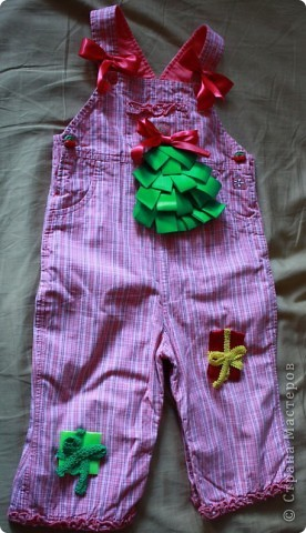 Заглядываю на eBay периодически, смотрю что в Штатах и Китае шьют детям. Увидела очаровательные трусики на ползающего малыша с аппликацией елочки на попе. Стоили они 14 долларов. Подумала, а что мешает самой такую прелесть сделать. фото 1