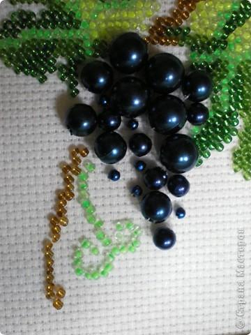Не совсем весенняя тематика, но уж очень сочно выглядит эта виноградная гроздь! И мы с дочкой решили подарить эту вышивку нашей бабушке ко дню 8 марта. фото 2