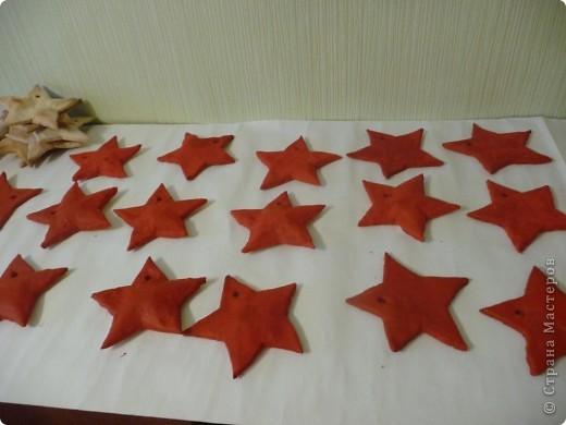 В 2010 году на 23 февраля мужской половине нашего коллектива решила сделать вот такие памятные подарки - звёзды. Испекла звёзды из солёного теста. фото 2