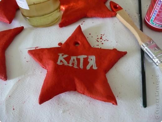 В 2010 году на 23 февраля мужской половине нашего коллектива решила сделать вот такие памятные подарки - звёзды. Испекла звёзды из солёного теста. фото 4