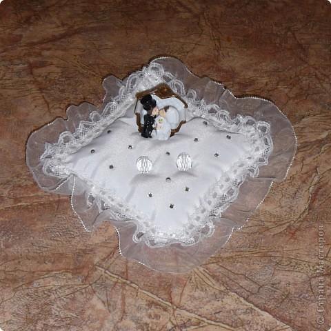 На свадьбу сына хотелось сделать самой единственный вариант подушечки-держателя для колец. чтобы ни у кого не было такой. И у меня получилось!!! Заглядывались все.
