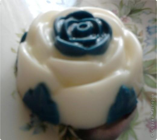 Очень нравится такая форма мыла-теперь она есть у меня.Огромное спасибо NNN за подробный мастер класс по изготовлению розы с цветными лепесточками.Немного в другой цветовой гамме,но получилась!!!!!!!!Это-та что в середине. фото 2