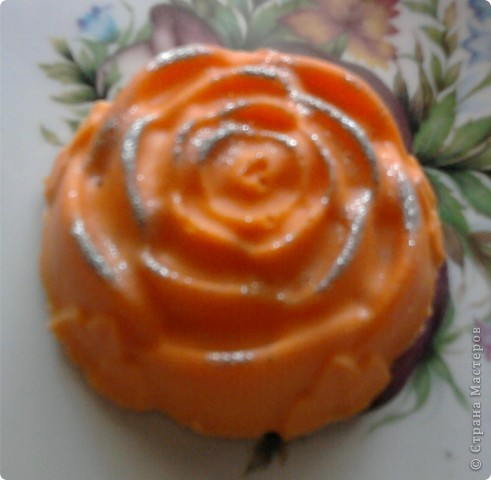 Очень нравится такая форма мыла-теперь она есть у меня.Огромное спасибо NNN за подробный мастер класс по изготовлению розы с цветными лепесточками.Немного в другой цветовой гамме,но получилась!!!!!!!!Это-та что в середине. фото 3