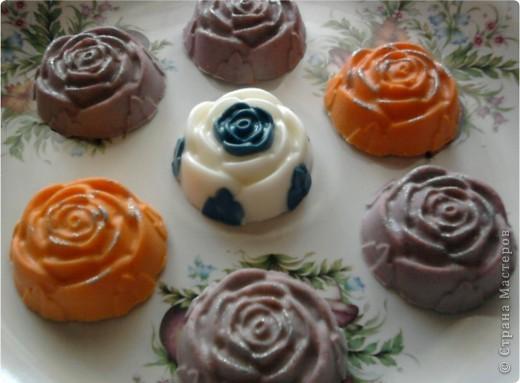 Очень нравится такая форма мыла-теперь она есть у меня.Огромное спасибо NNN за подробный мастер класс по изготовлению розы с цветными лепесточками.Немного в другой цветовой гамме,но получилась!!!!!!!!Это-та что в середине. фото 1