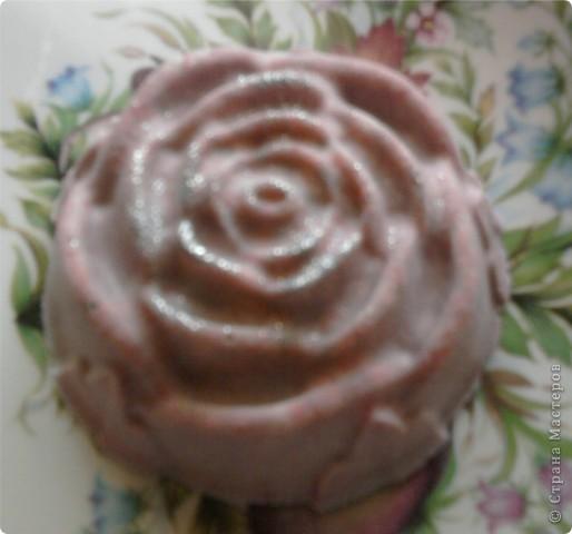 Очень нравится такая форма мыла-теперь она есть у меня.Огромное спасибо NNN за подробный мастер класс по изготовлению розы с цветными лепесточками.Немного в другой цветовой гамме,но получилась!!!!!!!!Это-та что в середине. фото 4