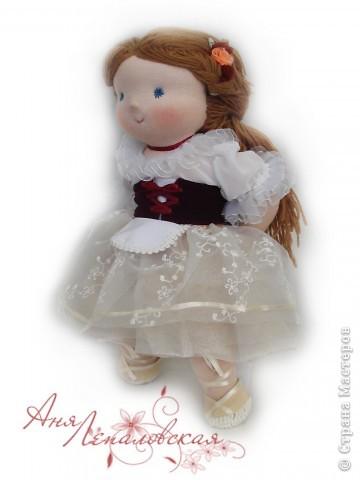 Нежная Жизель - кукла на заказ, по просьбе хозяйки, для того чтобы лучше передать образ Жизели использовались ненатуральные материалы - шифон и органза, поэтому это не 100% вальдорфская кукла :)) Зато какая красивая... фото 2