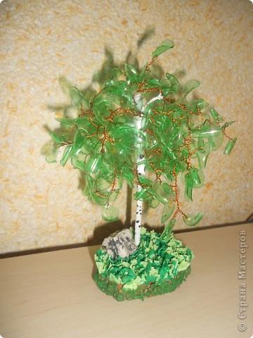 вот такое деревце из пластиковой бытулки у меня получилось. Это мое первое дерево, не судите строго))) фото 1