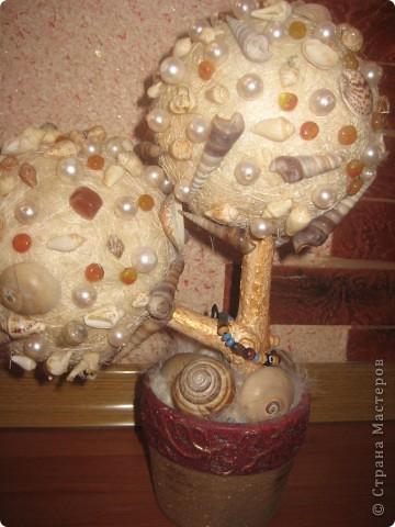 Пенопластовые шары, ракушки, кокосовое волокно, бусины, ствол натуральный покрашен золотой краской, клеила все на пистолет. фото 2