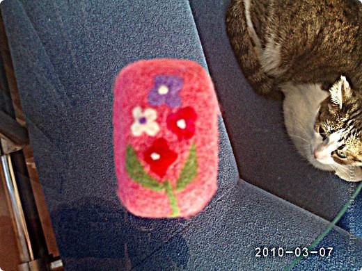 Много раз видела подобные изделия, но вот решила попробовать сделать сама впервые. Из материалов- только разноцветная кардочесанная шерсть и мыло) Главное, что мыло, в принципе, остается функциональным, можно применять по назначению. Так даже удобнее: и мыло и мочалка в одном)) фото 3