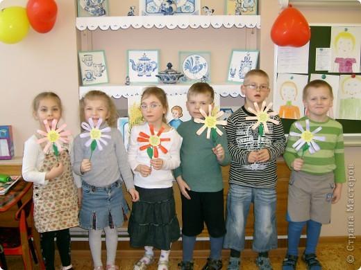 В детском саду с детьми,маме сделали в подарок цветочки.