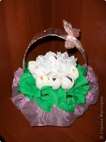 Вот такая корзиночка с белыми тюльпанами была подарена моим родственницам на 8 марта. фото 1