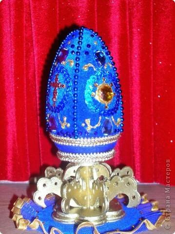 Яйцо из цельнодеревянной заготовки, обтянуто бархатом, вышито пайетками, бисером и декорировано различной фурнитурой (стразы, крестики, витой золоченый шнур) фото 1