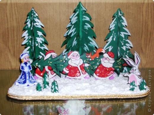 Три Деда Мороза и одна Снегурочка. (композиция из фанеры - плоскостное выпиливание, гуашь, пенопласт, отделка тесьмой, лак) фото 1
