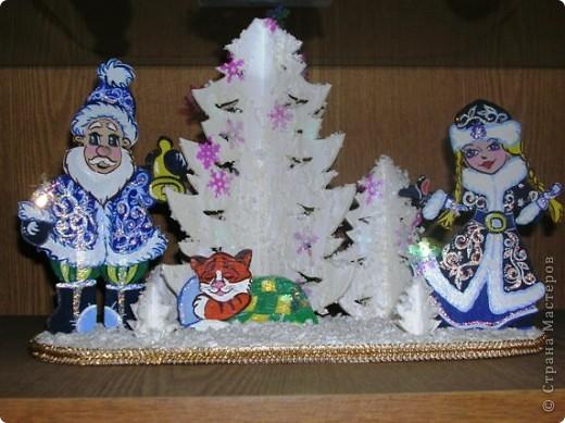 Три Деда Мороза и одна Снегурочка. (композиция из фанеры - плоскостное выпиливание, гуашь, пенопласт, отделка тесьмой, лак) фото 2