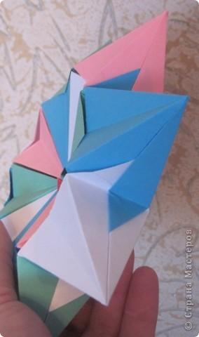 Такая оригамная 3D модель складывается очень легко, нужно только с 16-ю квадратами 16 раз повторить последовательно простые  манипуляции!   Здесь видео-ролик  http://www.youtube.com/watch?v=3tAFlSXEut0&feature=related  Сделала на одном дыхании! фото 2