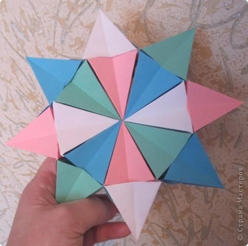 Такая оригамная 3D модель складывается очень легко, нужно только с 16-ю квадратами 16 раз повторить последовательно простые  манипуляции!   Здесь видео-ролик  http://www.youtube.com/watch?v=3tAFlSXEut0&feature=related  Сделала на одном дыхании! фото 4