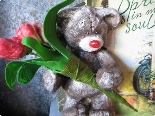 мишка из соленого теста с букетиком тюльпанов из ХФ. фото 2