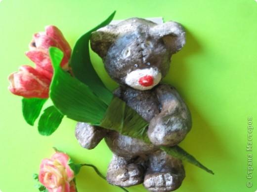 мишка из соленого теста с букетиком тюльпанов из ХФ. фото 1