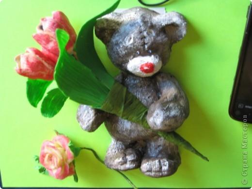 мишка из соленого теста с букетиком тюльпанов из ХФ. фото 3