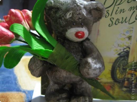мишка из соленого теста с букетиком тюльпанов из ХФ. фото 4