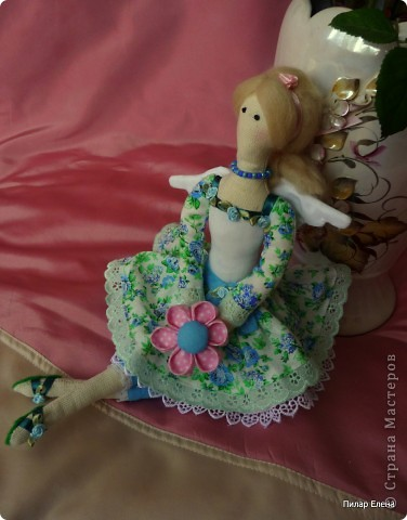 Дорогие девочки, знакомьтесь пожалуйста - это Виолетта, четкого назначения у нее нет, она у нас какая-то цветочно-весенняя фея. Сделала ее в подарок подруге на ее день рождения. У нее новая, отличная от моих предыдущих тильд прическа - пробовала валяние. За основу брала  МК Ссылка удалена п. 2.4 http://stranamasterov.ru/print/regulations , в ходе работы кое-что меняла. Цветок в руках делала по МК ⪡ Ссылка удалена, п. 2.4 http://stranamasterov.ru/print/regulations ⪢, но использовала не атласную ленту, а квадратики ткани и клей, очень приглянулся цветок. Тапочки нафантазировала сама.  фото 5