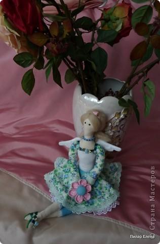 Дорогие девочки, знакомьтесь пожалуйста - это Виолетта, четкого назначения у нее нет, она у нас какая-то цветочно-весенняя фея. Сделала ее в подарок подруге на ее день рождения. У нее новая, отличная от моих предыдущих тильд прическа - пробовала валяние. За основу брала  МК Ссылка удалена п. 2.4 http://stranamasterov.ru/print/regulations , в ходе работы кое-что меняла. Цветок в руках делала по МК ⪡ Ссылка удалена, п. 2.4 http://stranamasterov.ru/print/regulations ⪢, но использовала не атласную ленту, а квадратики ткани и клей, очень приглянулся цветок. Тапочки нафантазировала сама.  фото 6