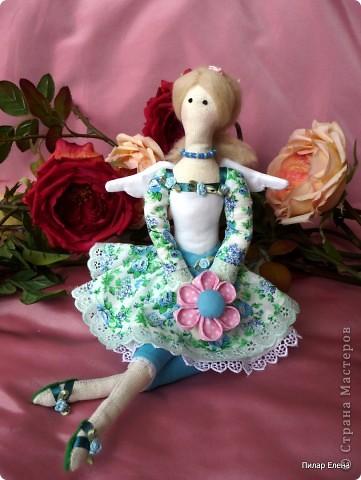 Дорогие девочки, знакомьтесь пожалуйста - это Виолетта, четкого назначения у нее нет, она у нас какая-то цветочно-весенняя фея. Сделала ее в подарок подруге на ее день рождения. У нее новая, отличная от моих предыдущих тильд прическа - пробовала валяние. За основу брала  МК Ссылка удалена п. 2.4 http://stranamasterov.ru/print/regulations , в ходе работы кое-что меняла. Цветок в руках делала по МК ⪡ Ссылка удалена, п. 2.4 http://stranamasterov.ru/print/regulations ⪢, но использовала не атласную ленту, а квадратики ткани и клей, очень приглянулся цветок. Тапочки нафантазировала сама.  фото 1