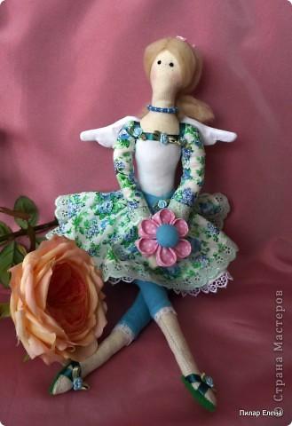 Дорогие девочки, знакомьтесь пожалуйста - это Виолетта, четкого назначения у нее нет, она у нас какая-то цветочно-весенняя фея. Сделала ее в подарок подруге на ее день рождения. У нее новая, отличная от моих предыдущих тильд прическа - пробовала валяние. За основу брала  МК Ссылка удалена п. 2.4 http://stranamasterov.ru/print/regulations , в ходе работы кое-что меняла. Цветок в руках делала по МК ⪡ Ссылка удалена, п. 2.4 http://stranamasterov.ru/print/regulations ⪢, но использовала не атласную ленту, а квадратики ткани и клей, очень приглянулся цветок. Тапочки нафантазировала сама.  фото 2