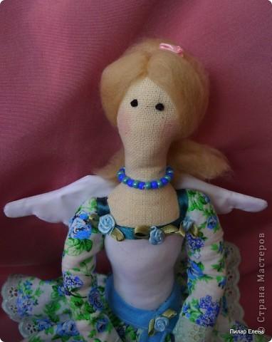 Дорогие девочки, знакомьтесь пожалуйста - это Виолетта, четкого назначения у нее нет, она у нас какая-то цветочно-весенняя фея. Сделала ее в подарок подруге на ее день рождения. У нее новая, отличная от моих предыдущих тильд прическа - пробовала валяние. За основу брала  МК Ссылка удалена п. 2.4 http://stranamasterov.ru/print/regulations , в ходе работы кое-что меняла. Цветок в руках делала по МК ⪡ Ссылка удалена, п. 2.4 http://stranamasterov.ru/print/regulations ⪢, но использовала не атласную ленту, а квадратики ткани и клей, очень приглянулся цветок. Тапочки нафантазировала сама.  фото 3