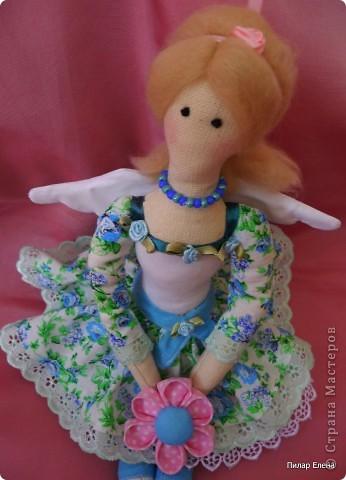 Дорогие девочки, знакомьтесь пожалуйста - это Виолетта, четкого назначения у нее нет, она у нас какая-то цветочно-весенняя фея. Сделала ее в подарок подруге на ее день рождения. У нее новая, отличная от моих предыдущих тильд прическа - пробовала валяние. За основу брала  МК Ссылка удалена п. 2.4 http://stranamasterov.ru/print/regulations , в ходе работы кое-что меняла. Цветок в руках делала по МК ⪡ Ссылка удалена, п. 2.4 http://stranamasterov.ru/print/regulations ⪢, но использовала не атласную ленту, а квадратики ткани и клей, очень приглянулся цветок. Тапочки нафантазировала сама.  фото 4