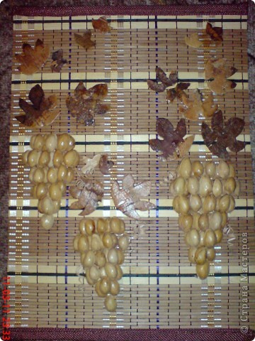 Аппликация Кисти винограда  Скорлупа ореха