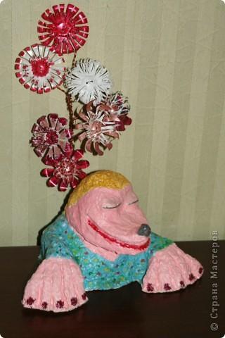 Жена крота – кротиха  Дуся. Хотела слепить крота, но получилась девочка-блондинка, пришлось добавить ей цветов (сделала из донышка пластиковых бутылок),  она всё-таки дама. Специально сделала грубые натруженные лапки, ведь кроты трудятся день и ночь.    фото 1