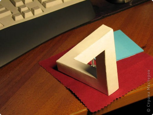 Треугольник Пенроуза. Известная фигура которой не может быть. Но вот она красуется на моем столе =) фото 2