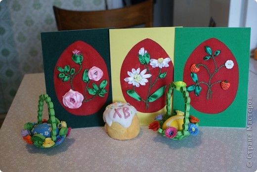 Эти три открытки мы делали в прошлом году нашим крестным.  Ромашки вышивала дочка для своей крестной, а открытку с ягодками - сын для своей крестной. Обоим я помогала.  Открытка с розами - для крестного, он у нас общий для обоих детей. Поэтому делали все вместе: маленькую розу выполнял сын, он помладше; большую розу выполнила дочка, она постарше; ну а я помогла с бутоном. Желтый цвет у ромашковых серединок съелся фотоаппаратом.   фото 1